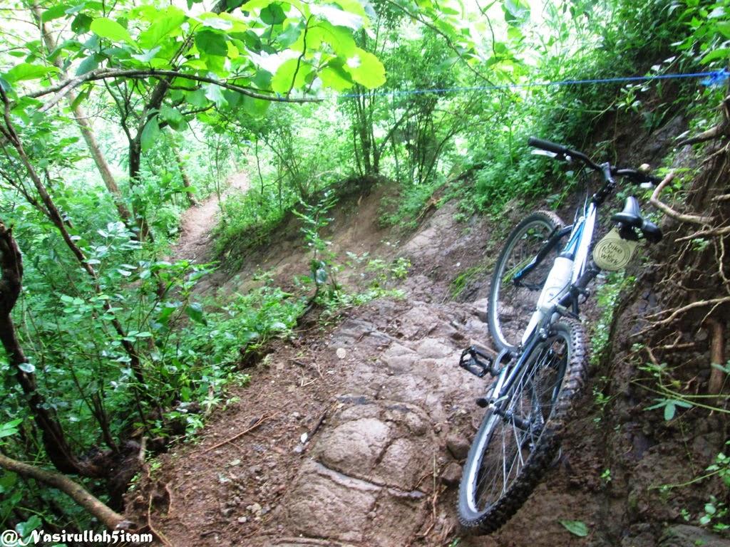Menuntun sepeda sampai ke TKP