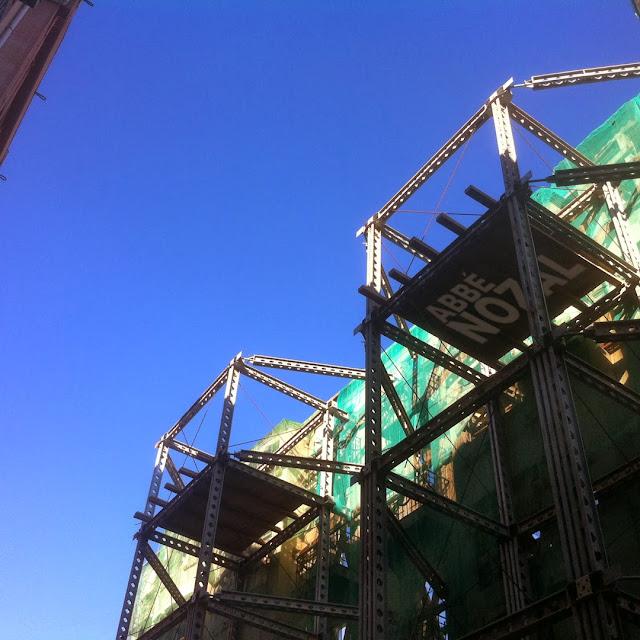 Soportando una fachada ante el azul-palentino, 2013 Abbé Nozal