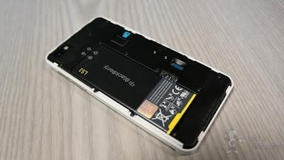 El día de hoy nos llegan estás imágenes por parte de UBMTechInsights los cuales han hecho un trabajo increíble al desarmar el BlackBerry Z10 y mostrarnos sus componentes internos. Lo mejor de todo es que nos muestran todos los componentes del dispositivo utilizado y una comparación con las demás plataformas. Lo que encontraron que me pareció muy interesante es que el dispositivo comparte muchos de los mismos chips como el LTE del Samsung Galaxy S3. Aquí tenemos una lista de los chips Qualcomm utilizados por otras plataformas: Samsung K3PE0E000A – Memoria Multichip – 2 GB DDR2 SDRAM móvil Samsung KLMAG2GE4A