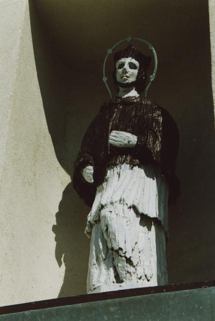 Radoszyce, ul. Konecka, figura św. Jana Nepomucena umieszczona w kapliczce św. Rocha. Fot. KW.