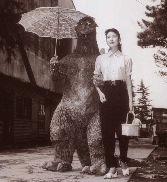 "Haruo Nakajima y Momoko Kôchi en ""Godzilla"" (1956)"