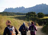 Caminant sempre amb l'atenta mirada de la muntanya de Montserrat al fons