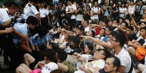 Chính quyền Bắc Kinh như ngồi trên đống lửa. Đại lục nhanh chóng ra tuyên bố, cuộc bỏ phiếu này là bất hợp pháp.