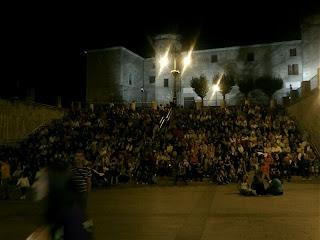 Cientos de personas sentadas en la escalinata del pacio ducal esperan los fuegos articiales