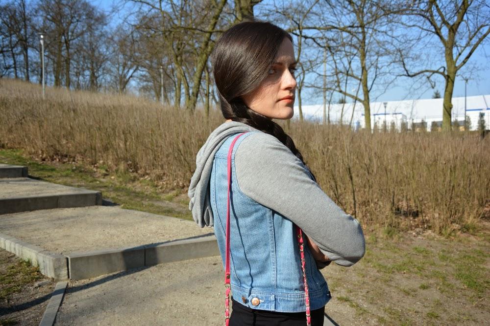 jeansowa kurtka z kapturem