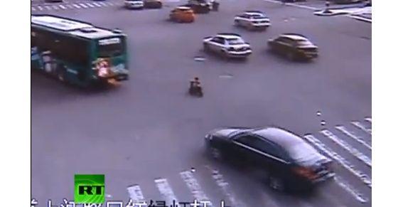 Osado niño circuló en su moto de juguete por las calles de China