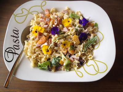Frisse en fruitige lente pastasalade met bloemen