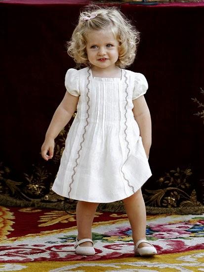 Hija del príncipe de Asturias. Leonor es como una muñequita.