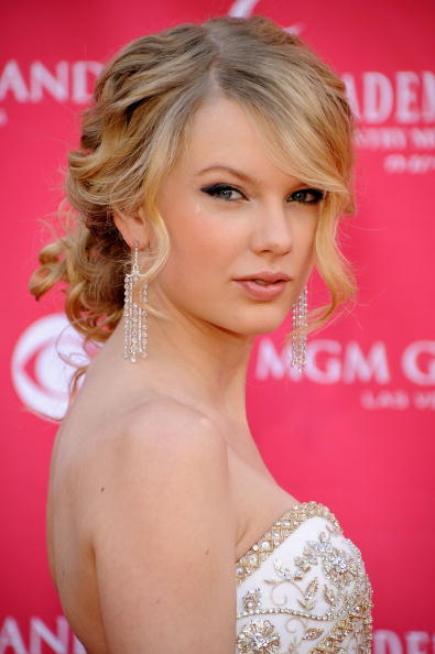 taylor swift prom hairstyle updo