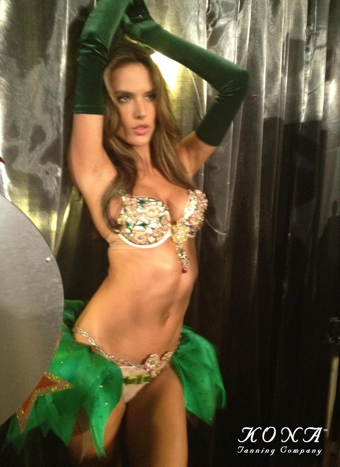 http://4.bp.blogspot.com/-TJIqmta70_0/UKKnNyoXo5I/AAAAAAAACrY/yGMyUTG7hSA/s1600/alessandra-ambrosio-fantasy-bra-victorias-secret-fashion-show-kona-tanning-katie-kenny.jpg