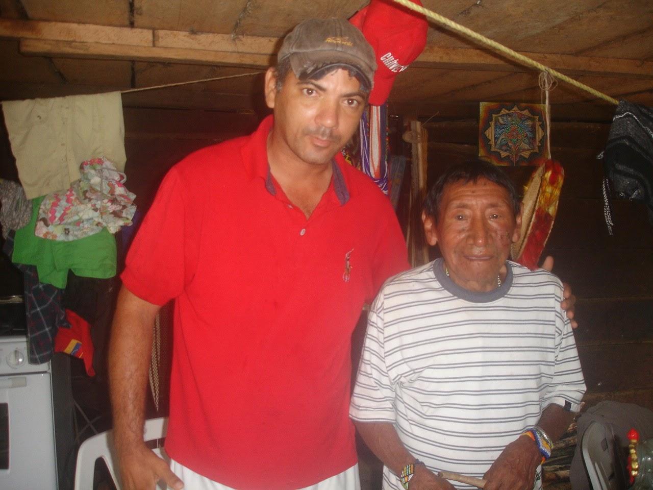 El editor del Blog de Marchetti junto al Gran Taita piaroa Bolívar en Altos de Carinagua