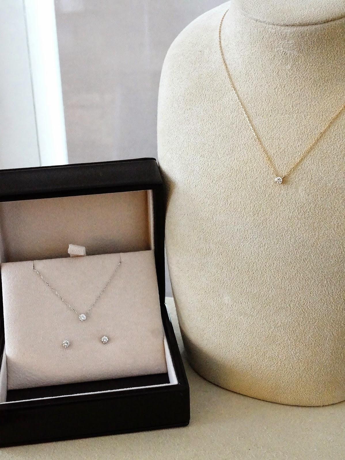 ダイヤモンドプチネックレスとダイヤモンドピアスの写真