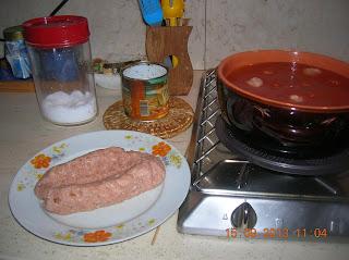 polpettone  di maiale farcito...gnocchetti con polpette al sugo....ciambelline di  meliga ( farina di mais bramata)...