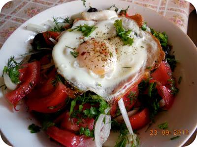 salata de rosii cu ou ochi