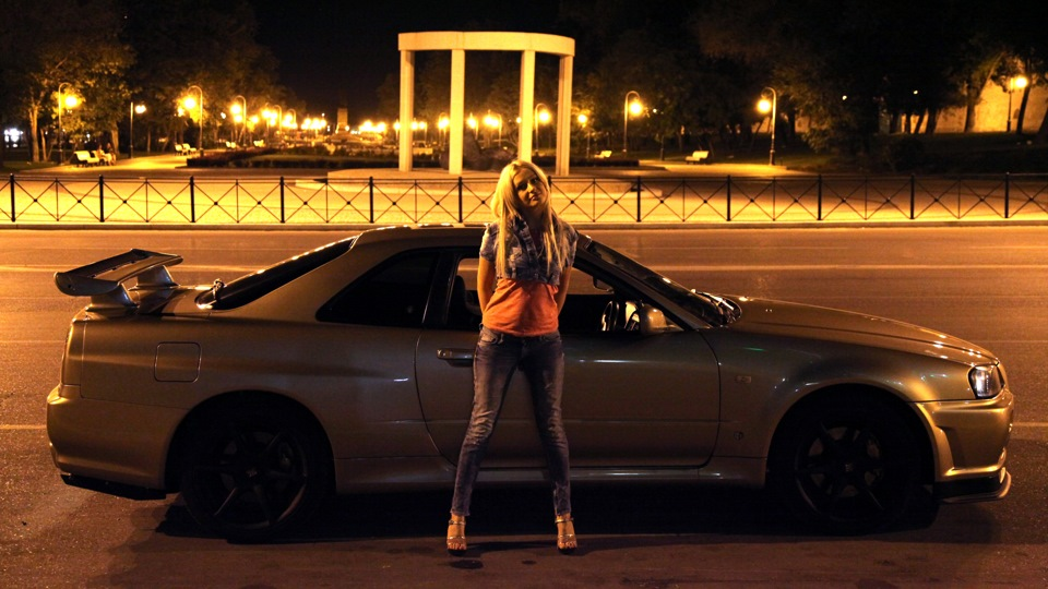 Nissan Skyline R34, godzilla, po tuningu, zmodyfikowany, zdjęcia w nocy, motoryzacja z japonii, ciekawe, legendarne, znany samochód, sportowe auto, napęd na cztery koła, JDM, dziewczyna