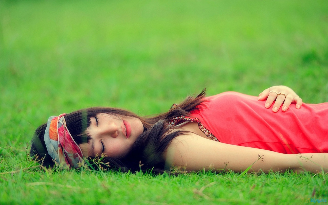hd wallpapers for desktop: crazy girl sleeping on grass