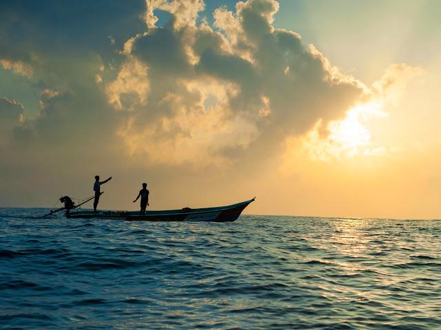 Океан. Лодка. Закат.