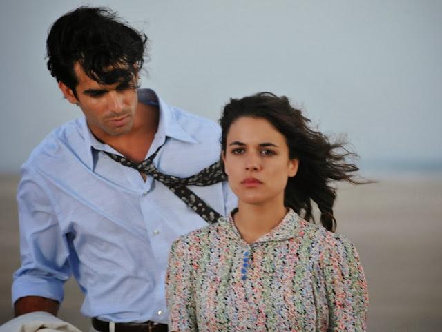 Sira Quiroga vestido playa con flores con Ramiro. El tiempo entre costuras. Capítulo 1.