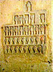 Estas piedras labradas con especialmente frecuentes en Rajasthan, donde a la tradición del sati se une la del jahuar o inmolación colectiva de toda una comunidad
