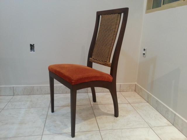 Jogo de jantar com tampo de vidro temperado base e cadeiras em madeira e fibra sintética