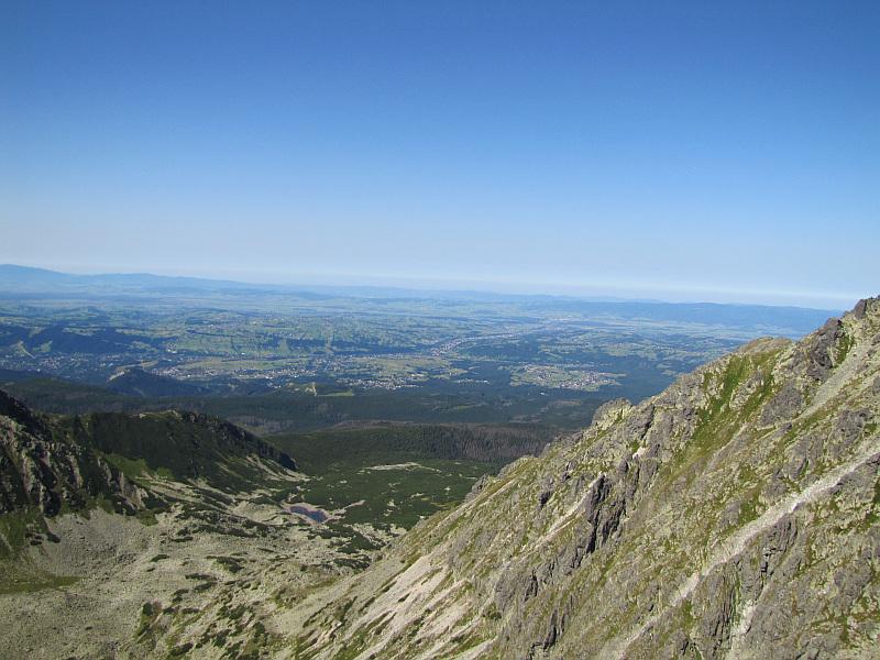 Panorama z Małej Buczynowej Turni ponad Doliną Pańszczcy, w której widać Czerwony Staw Pańszczycki.