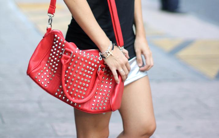 Bloguera de moda en México. Falda plateada y bolso de tachuelas