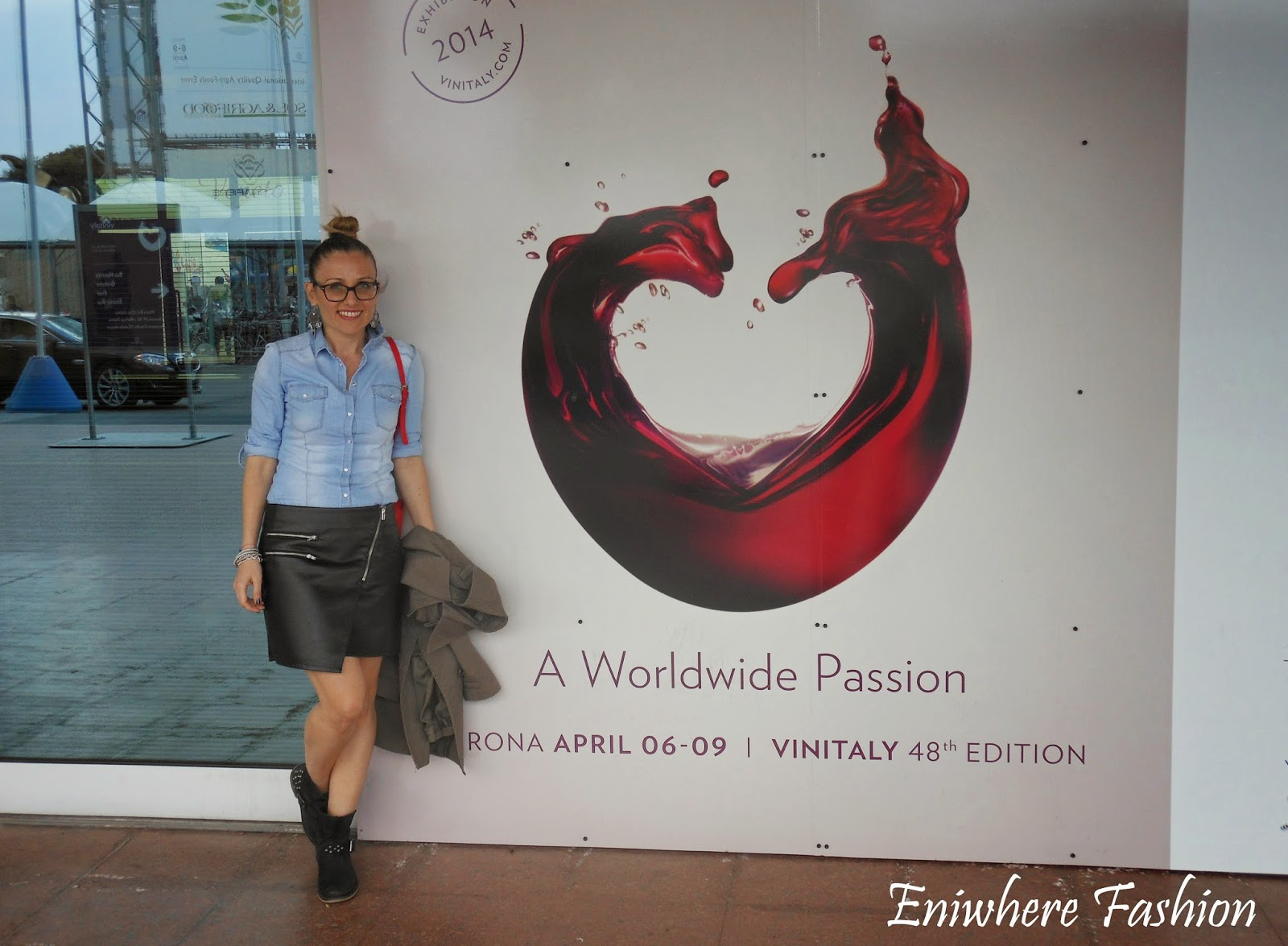 Eniwhere Fashion - gonna ecopelle nera - camicia denim - Vinitaly 2014