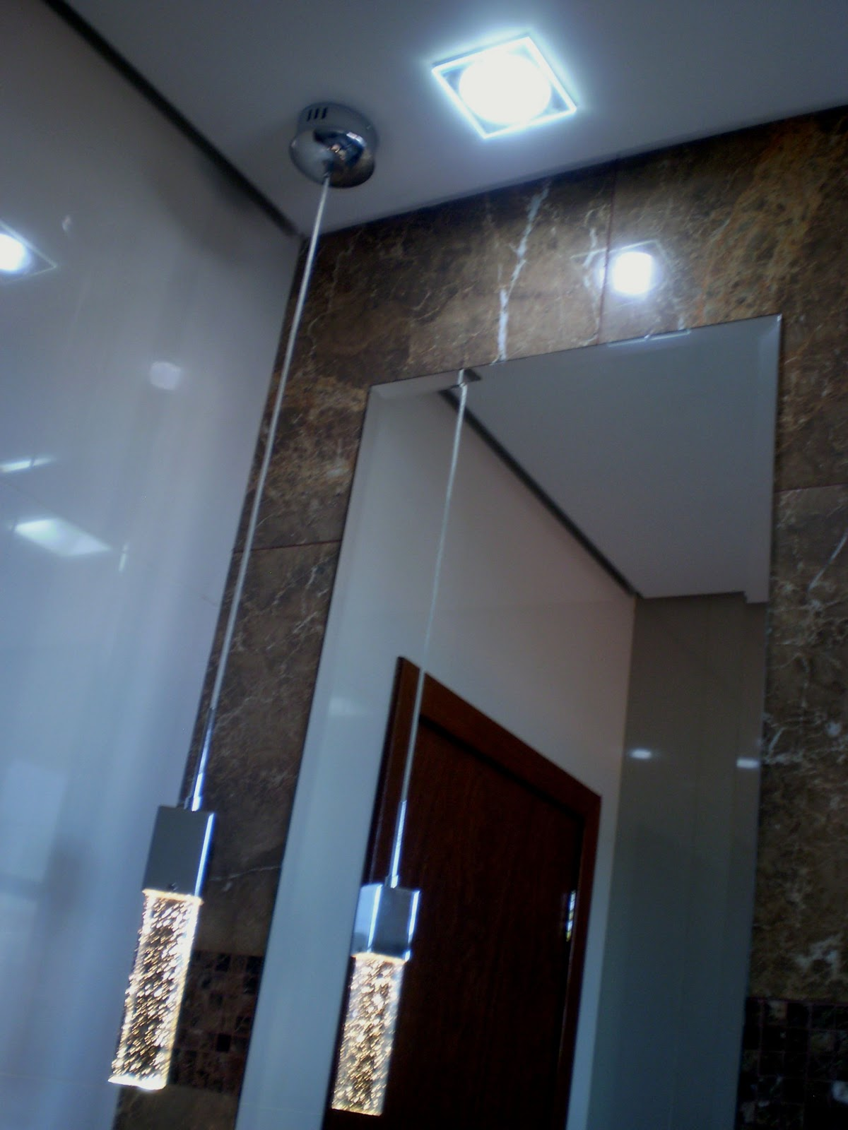 Háaaa como não encostei o espelho na bancada tbm não encostei no  #3B6A90 1200x1600 Banheiro Com Granito Marrom Imperial