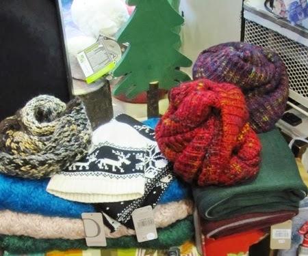 Bufandas y cuellos de punto. Conjuntos con gorros