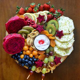 Uma tábua de frutas para comer com os olhos