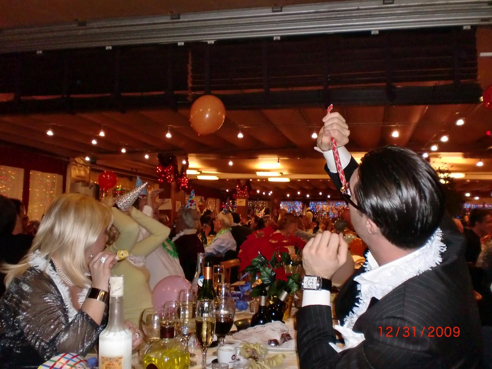 http://4.bp.blogspot.com/-TN9rZVZGUBs/T1l7ioLNOoI/AAAAAAAAAzs/SoHjrXklGRw/s1600/A+restaurant+at+Port+Ol%C3%ADmpic+on+New+Year%27s+Eve.jpg