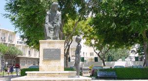 monumento a Jose Monge en la ruta del camaron de la isla