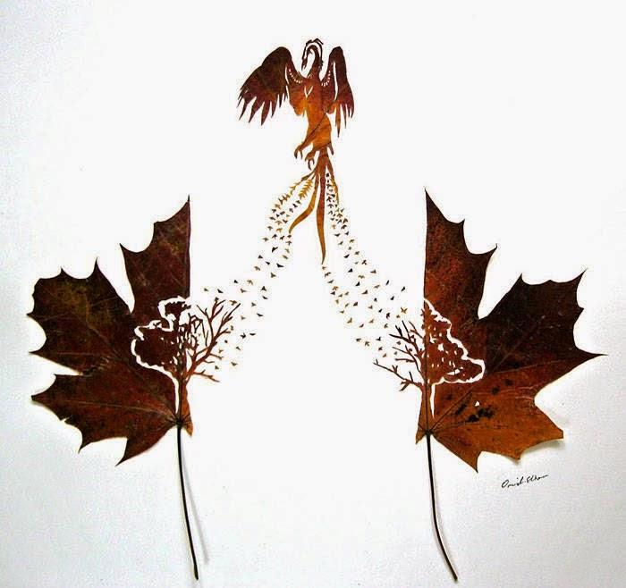 طائر يخرج من الأشجار محفور على ورقتين شجر