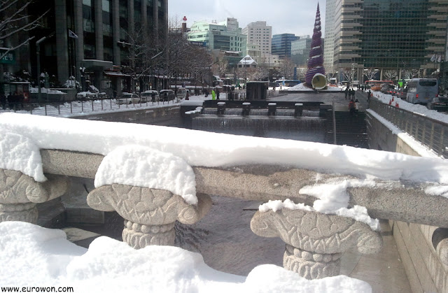 Arroyo Cheonggyecheon y plaza Cheonggye