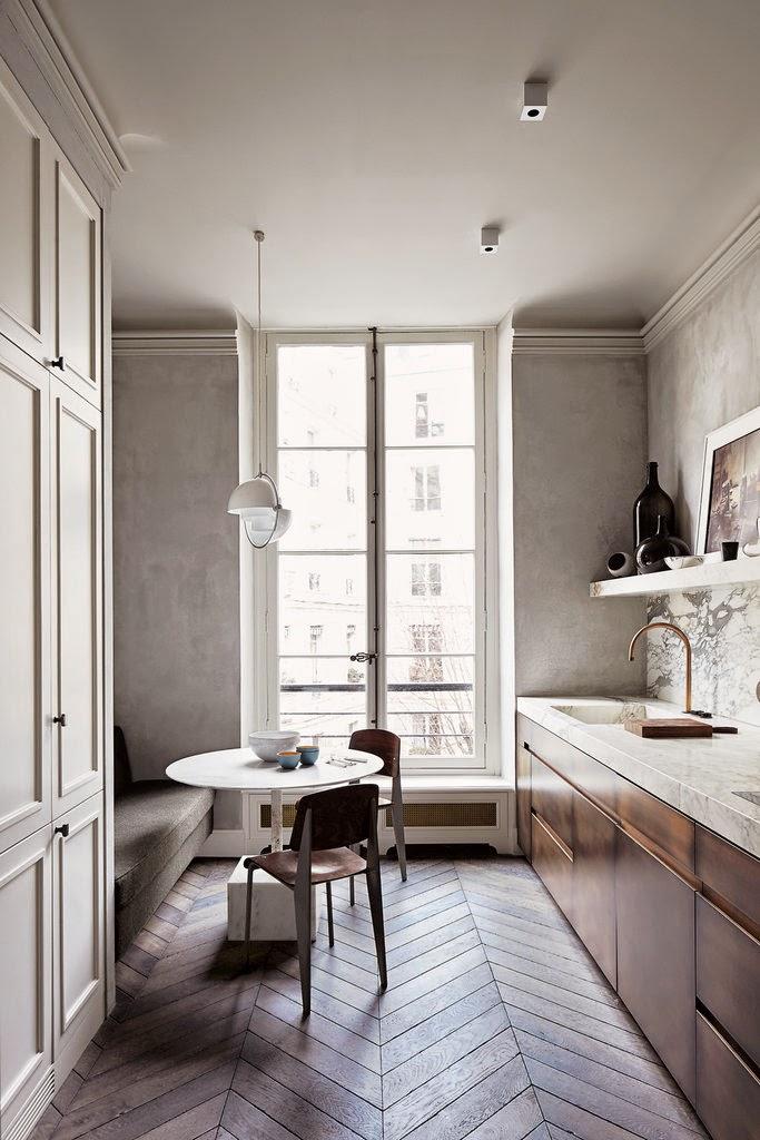Greige, Altweiß, Tannengrün - elegante Einrichtung in Paris für entspanntes Wohnen in der Stadt