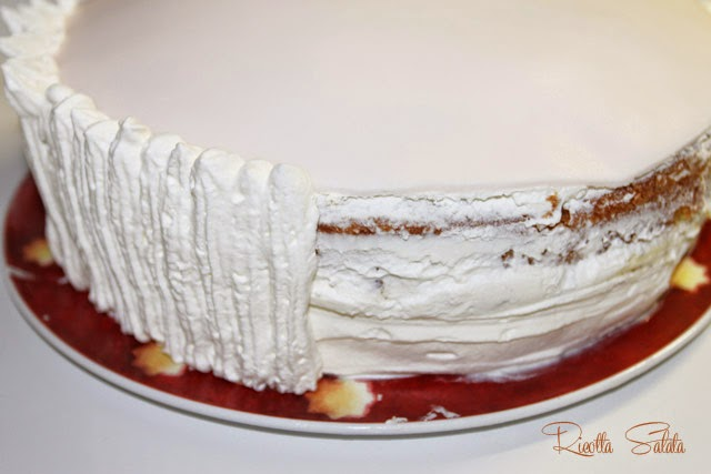 Torta decorata con panna e fiori in pasta di zucchero for Decorazioni torte uomo con panna