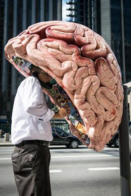 SEORANG lelaki menggunakan pondok telefon awam yang dihiasi dengan lukisan otak manusia di Sao Paulo kelmarin.