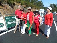 Un grupo de amigos, de rojo para ver la Vuelta