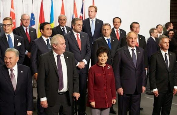 เหยียบตีนปู ตุ๊ดตู่หลงทาง - เผด็จการไทยโบราณ สู่เวที 10 th ASEM Summit