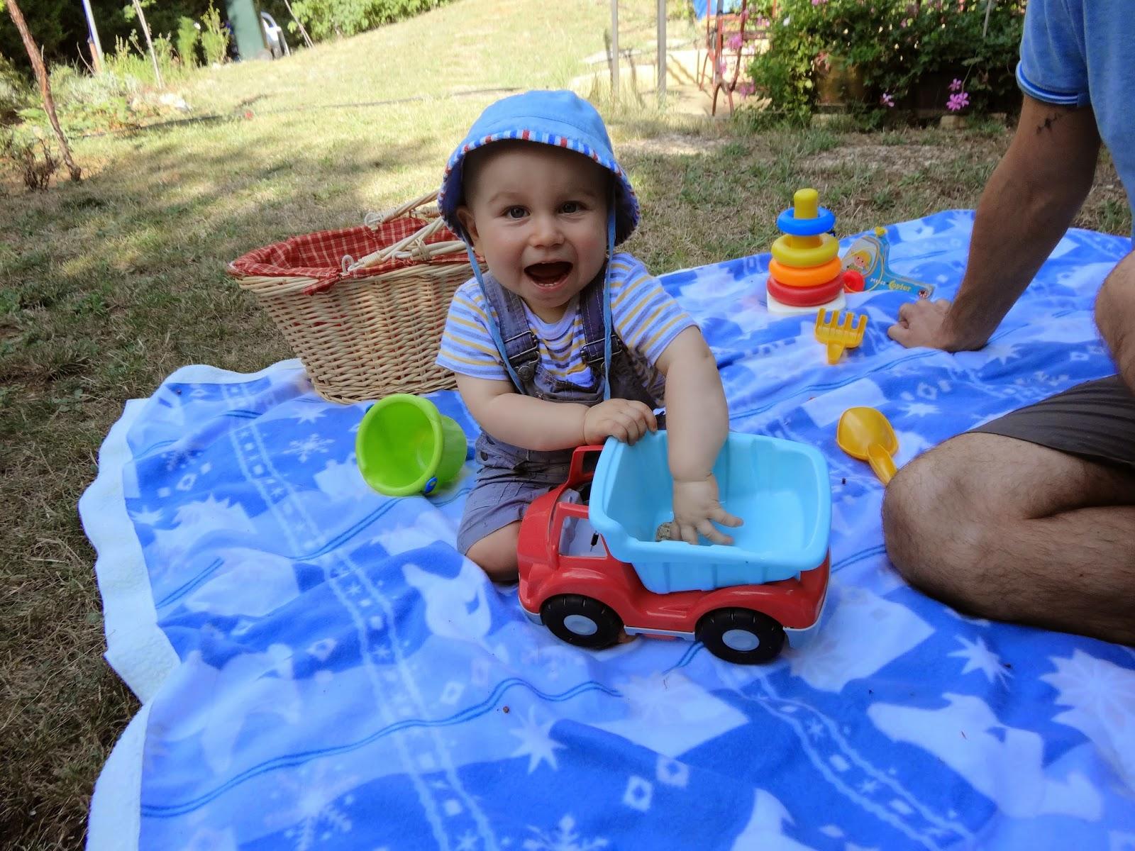 Les yeux grands ouverts en vacances chez mamie et papi du var dans le jardin avec tonton - Mamie baise dans le jardin ...