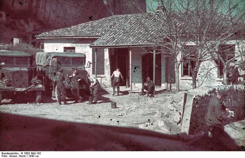 Немцы в татарской усадьбе в Крыму