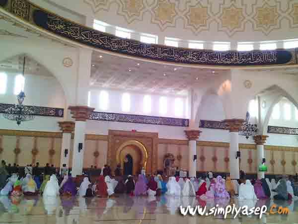LUAS :  Lantai dua Masjid Raya Mujahidin yang luas dan berhawa dingin.  Bagian depan untuk jamaah pria, dan dibagian belakang adalah jamaah wanita. Foto Asep Haryono