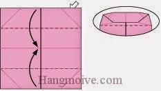 Bước 7: Mở lớp giấy trên cùng của hai cạnh giấy bên trên và bên dưới, sau đó gấp chúng vào trong.