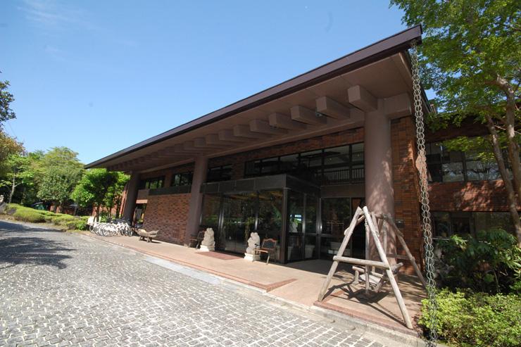 お客様をお迎えするアンダリゾート本館の正面玄関でございます。バリ島からはるばる応援に駆けつけてくれた体重120kg?の2匹のカエルが笑顔(?)でお客様をお出迎えいたします。^o^