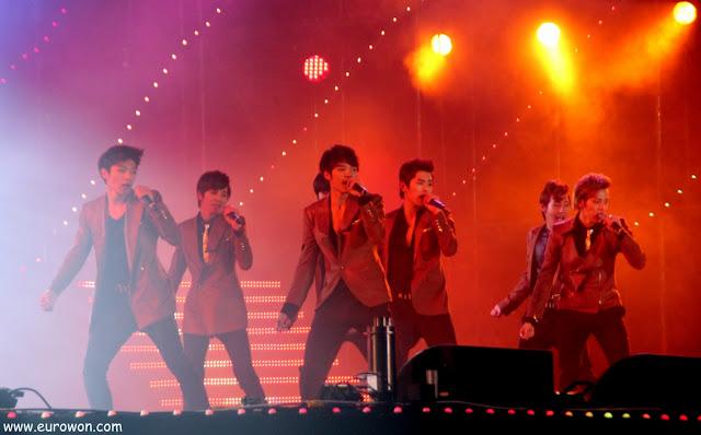 Grupo de K-pop en un concierto
