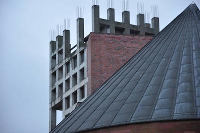 Geometryczne kształty kościoła Odkupiciela Świata we Wrocławiu