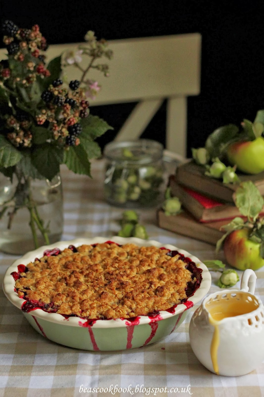 Bea's cookbook: APPLE AND BLACKBERRY CRUMBLE