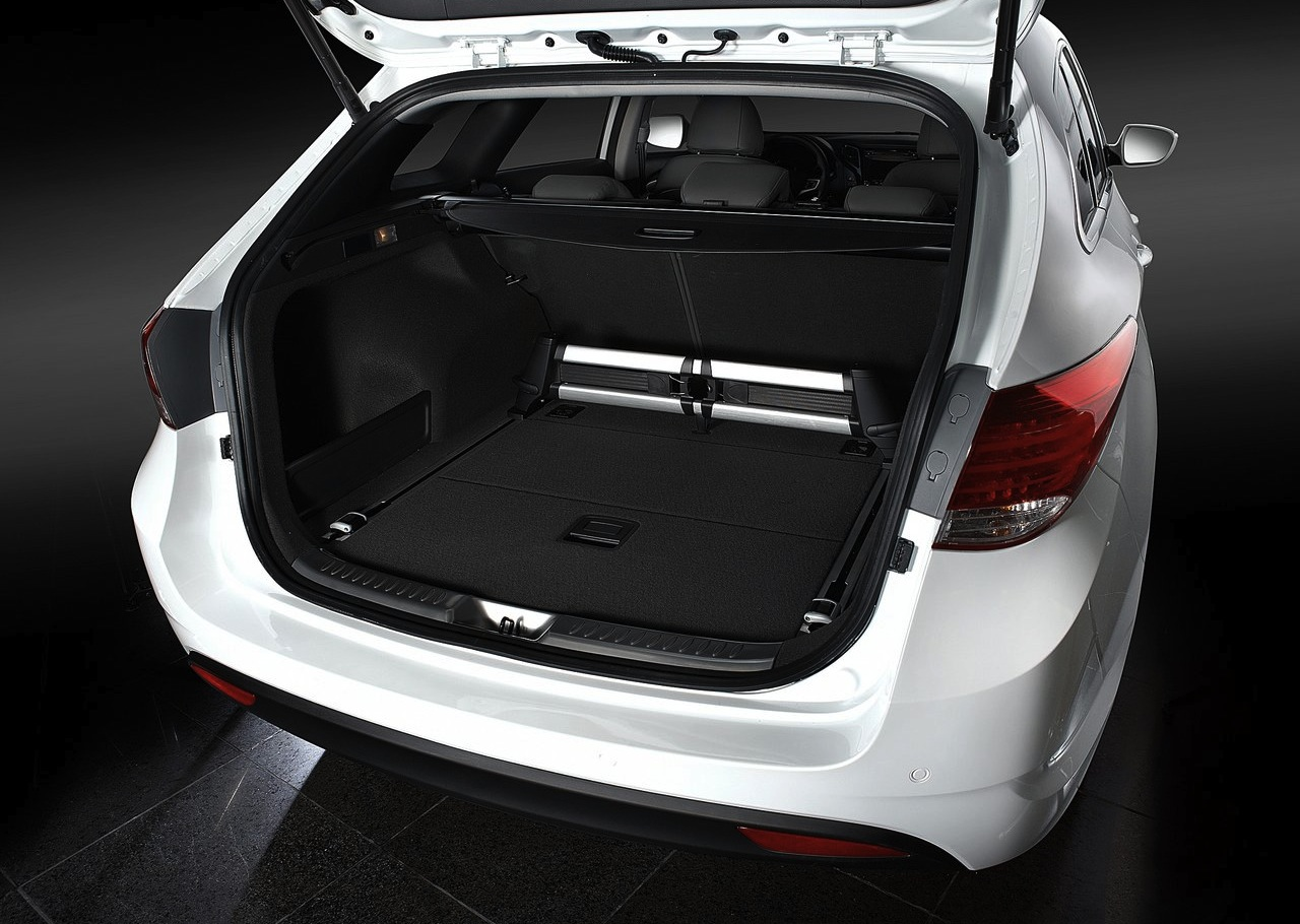 http://4.bp.blogspot.com/-TQh_LsnZ_9s/T5s6pULypCI/AAAAAAAACH0/4fFc_Ts8dOs/s1600/2012-Hyundai-i40-Luggage.jpg