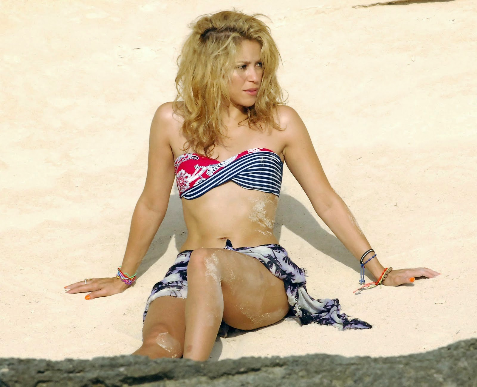Shakira is one of the fans of Bikini Victoria Secret Products, here's the original photo Shakira Bikini time use on the beach.
