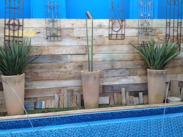 grade de jardim vertical : grade de jardim vertical:Piscina recebe a companhia de madeira e grade de demolição